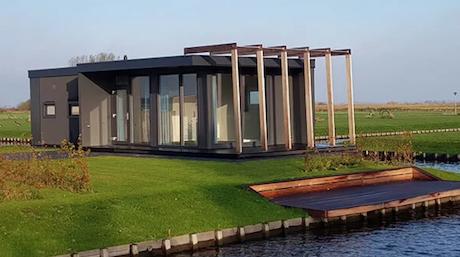 Holzhaus Bungalow am Wasser gebaut