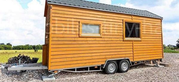 Mobiles Wohnen in einem Holzhaus aus Rädern